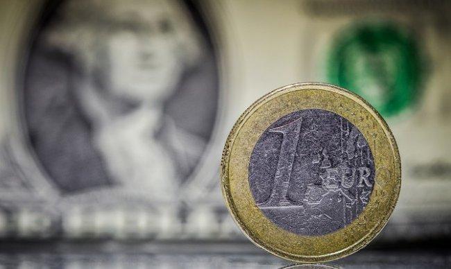 Курс евро к доллару упал до минимума за 12 лет