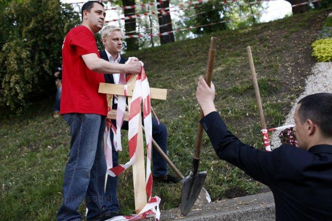Активисты устроили кладбище возле Кабмина