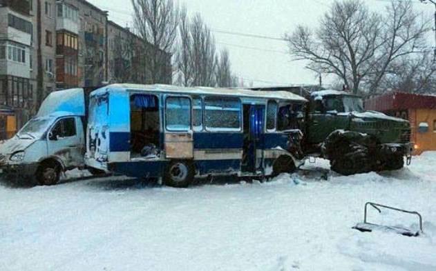"""Военный КРАЗ протаранил автобус с рабочими шахты """"Алмазная"""" - есть пострадавшие"""