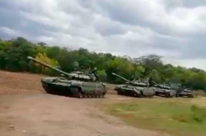 Готовится наступление? Россия подвела к границе с Украиной колонну танков