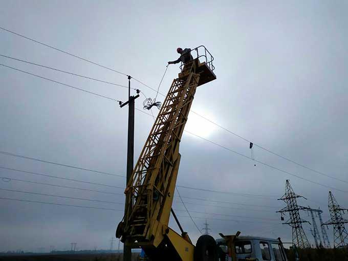 Под угрозой обстрела: энергетики ДТЭК Донецкие электросети восстановили линию электропередач в Марьинском районе