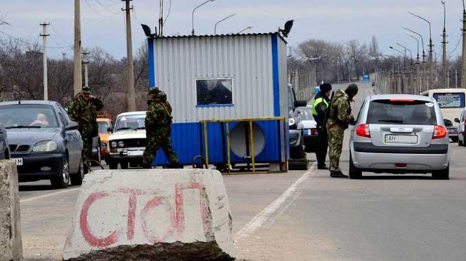 """Жителей ДНР не пускают в Украину. """"Полиция"""" не пропускает авто"""