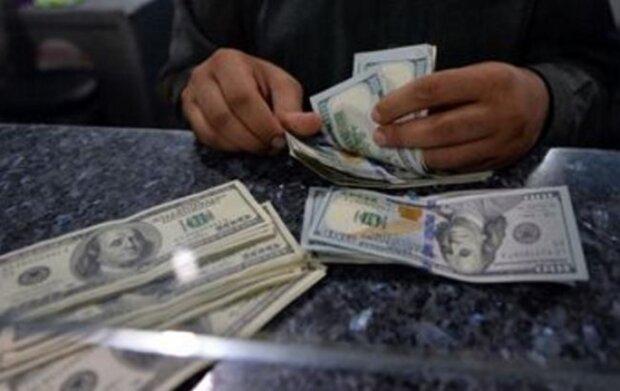Доллар рухнул, а евро ставит рекорды: каким будет курс валют после затяжных выходных