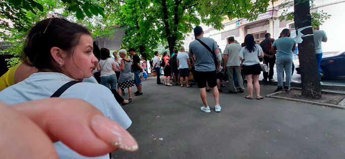 """Из прекрасной """"республики"""" уезжают жители. Появились фото очереди желающих получить разрешение на выезд из ДНР"""