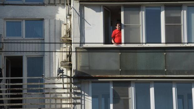 За украинцами хотят следить на балконах и через окна: о чем надо знать и что готовы запретить