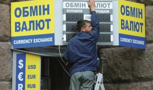 Зарплаты рухнут, а доллар взлетит: украинцам рассказали, к какой жизни готовиться осенью