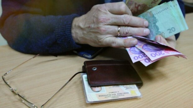 """Сократят пенсию вдвое: украинцам вынесли """"вердикт"""". Как спасти свои выплаты"""