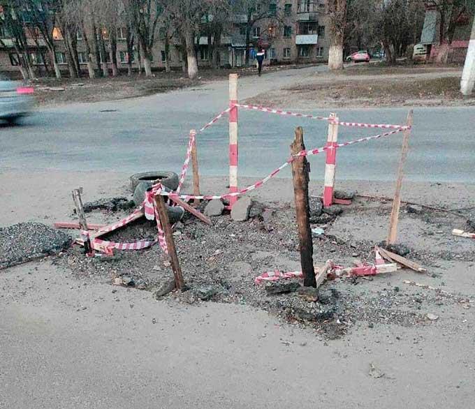 Палками и ленточками. В Сети показали, как в Луганске ремонтируют дороги