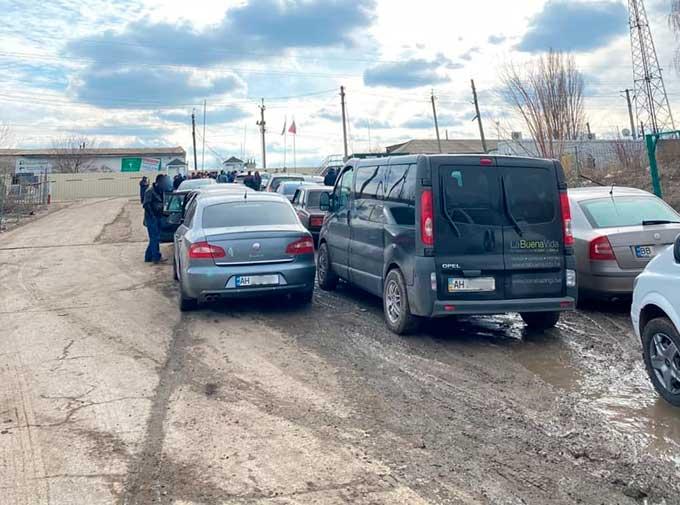 В Сети показали как выглядит дорога на пограничном пункте Чертково-Меловое. Ямы и грязь по колено
