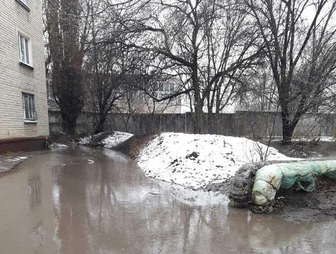 В Луганске люди не могут попасть домой. Многоквартирные дома затопило