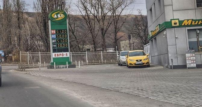 В Сети сравнили цены на бензин в Донецке и Мариуполе