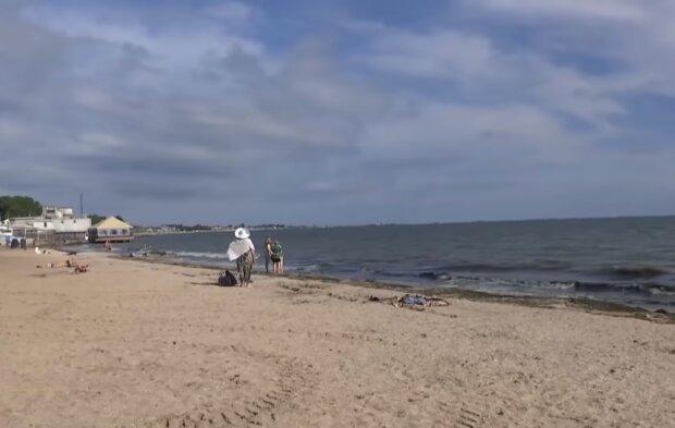Пустые пляжи и холодная вода: в Украине провалилось открытие курортного сезона