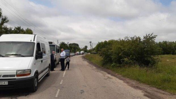 Украинцы не выдержали и начали перекрывать трассы: требуют ремонта дорог