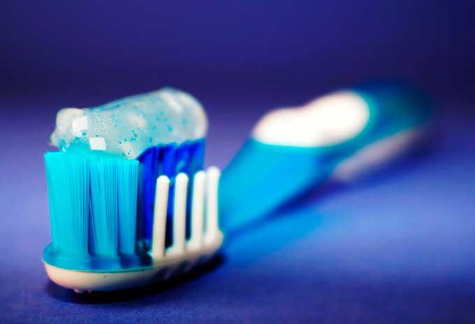 Есть или не есть: вредна ли зубная паста на самом деле и что следует знать родителям