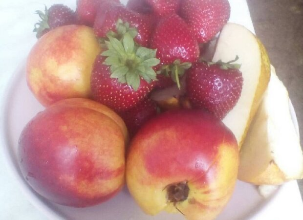 Названы летние фрукты, которые могут быть смертельно опасными для детей