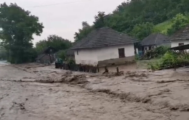 Проливные дожди натворили бед в Украине, затоплены дома и разрушены дороги