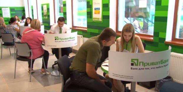 """Клиенты стали закрывать счета и карты в """"ПриватБанке"""": что изменилось в финучреждении"""