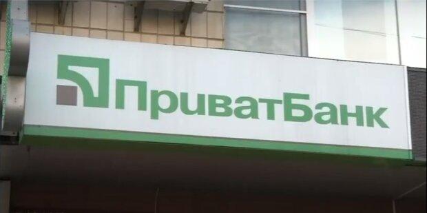 Украинцы теряют деньги во время снятия наличных: ПриватБанк обратился к клиентам