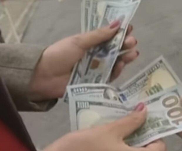 Банки отказываются принимать купюры: стало известно, почему украинцы не могут поменять доллары