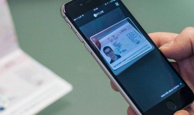 В Украине электронные паспорта приравняют к бумажным: в Кабмине назвали точную дату