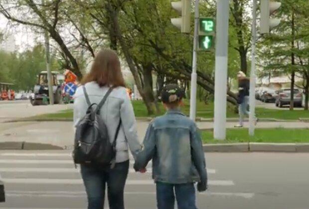 Важные советы родителям: доктор Комаровский рассказал о ситуациях, когда нужно держать ребенка за руку